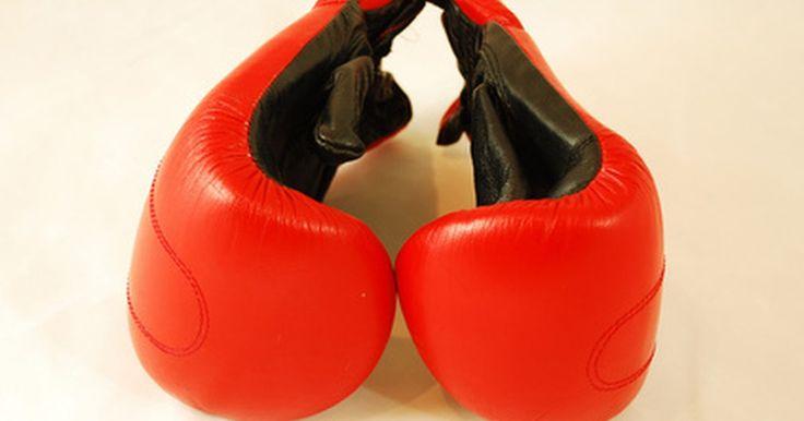 """Técnicas de punching ball. O """"punching ball"""", pequeno saco cheio de ar ancorado no topo de uma plataforma paralela ao chão, é um componente vital para qualquer regime de treinamento de boxe. Trabalhá-lo constantemente desenvolve resistência física e muscular, e a velocidade. Contudo, não basta simplesmente bater no saco por alguns minutos. O equipamento deve ter o formato ..."""