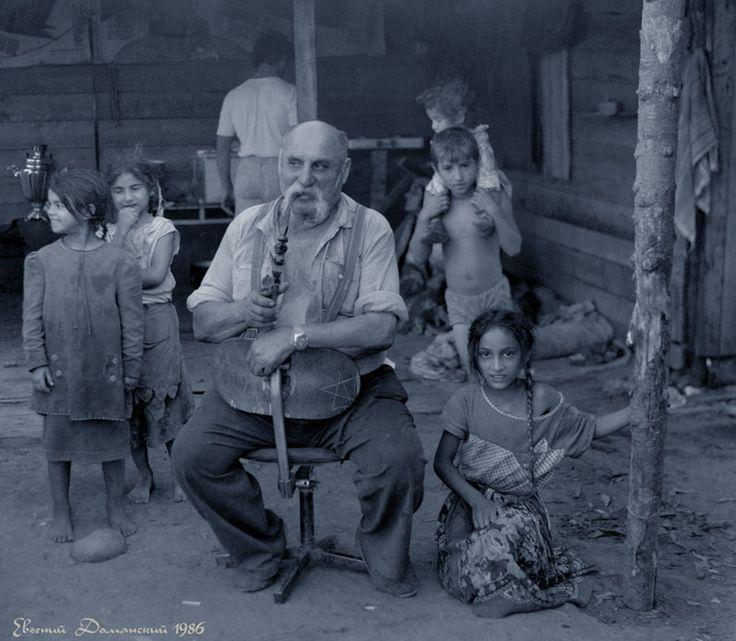 Барон с внуками. Фото: Е.Доманский, 1986 год.