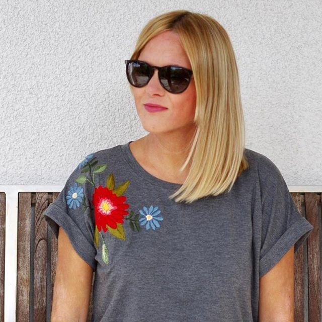 Endlich ist es fertig, mein Stickereishirt! Anders als erwartet hat sich der Jerseystoff super besticken lassen. Mehr zum Shirt nach einem @la_maison_victor Schnittmuster und zur #Stickerei ab heute im Blog! #stickerei #sticken #stickmuster #embroideryart #embroidery #embroideredshirt #embroiderydress #plattstich #plattstickerei #nähen #nähfieber #nähblogger #diy #diyblogger #blonde #sew #sewing #sewinglove #sewingblog #blumen #flowers #nadelmalerei #potd #lotd #imademyclothes #imakefashion…