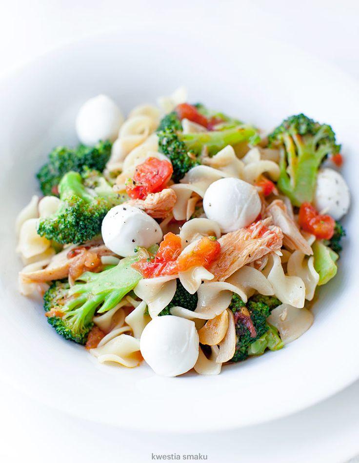Makaron z brokułami, pomidorami i tuńczykiem