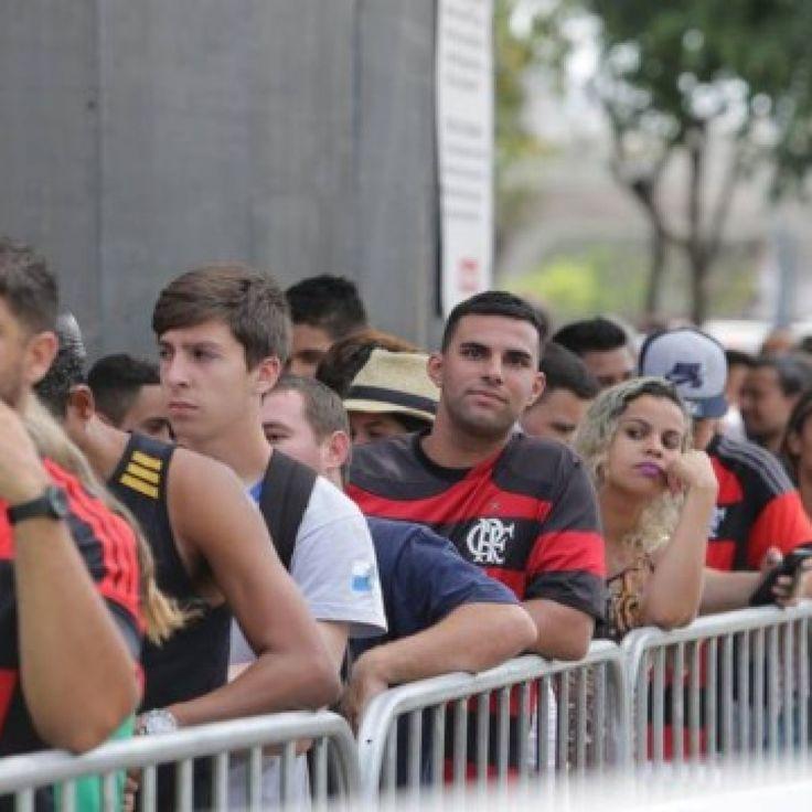 Torcedores fazem fila no Maracanã para ingressos do Fla-Flu..