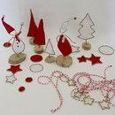 Voilà une jolie façon de présenter votre table de Noël très nature avec ces éléments en kraft armé et papier ancien : 2 lutins, 4 sapins, des étoiles et disques rouges et blancs à disposer çà et là...