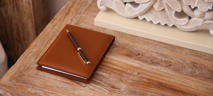 Bloc notes A5 en cuir Exécution en cuir naturel de 1ère qualité. Bloc de50 feuilles blanches non lignées.