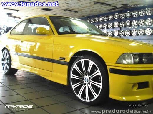 Uma BMW amarela equipada com rodas aro 19 | Som Automotivo