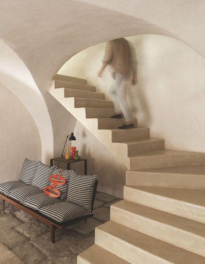 Un canapé fifties dynamise cette maison aux nombreuses voûtes enduites de chaux sablée. Plus de photos sur Côté Maison http://petitlien.fr/7tuc