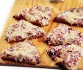 Ett snabblagat och enkelt recept på smakrika snacks att servera som förrätt eller tilltugg till fest. Du gör de små knäckemackorna av knäckebröd, smör, ansjovisfiléer, rödlök och ost. Knapriga och aptitliga!