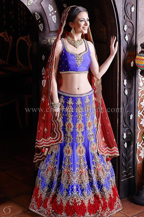 Vestidos Recepción - Un morado y rojo mosaico terciopelo lengha nupcial india brillante con falda muy bordada y un dupatta roja sería perfecto para una novia india contemporánea