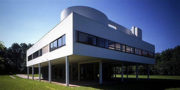 On ne présente plus la Villa Savoye (1928-31) à Poissy (Yvelines). Dernière des villas blanches, série de maisons luxueuses réalisée par Le Corbusier dans les années 1920, elle est devenue une icône de l'architecture moderniste.