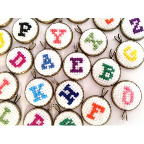 Ketting met hanger waarin met initiaal naar keuze borduren | Pendent which embroidery with initial choice | handmade | embroidery | initial | www.metdehand.nl