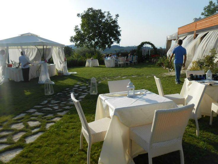 L'aperitivo sotto al gazebo per un matrimonio al ristorante romantico Taverna di Bibbiano, tra Colle di val d'Elsa e San Gimignano (Siena), a mezz'ora da Siena, a 45 minuti da Firenze.