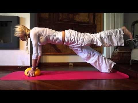 Άσκηση με μικρή μπάλα για όλο το σώμα με την Elinor Dahlberg. Core strenghthening exercise. - YouTube