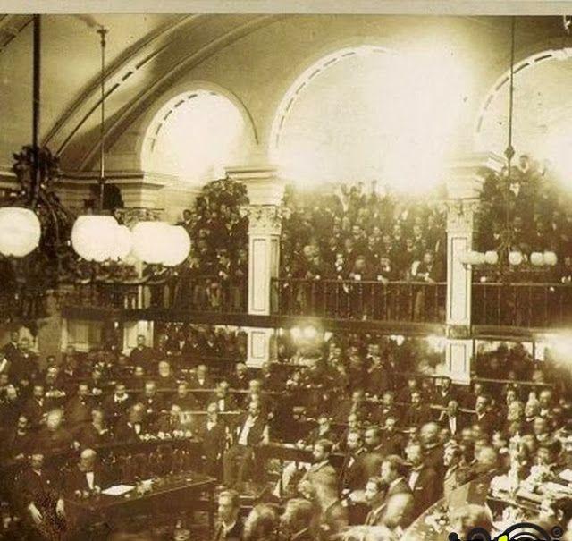 Foto da sessão no Senado para a votação da Lei Áurea, 1888. Em 13 de maio de 1888, às 15 horas, a Lei Imperial n° 3.353, ou Lei Áurea, foi sancionada pela Princesa Isabel, abolindo a escravatura no Brasil.