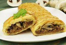 Пирог с фаршем и грибами на скорую руку Предлагаем испечь сытный, фантастически вкусный, хрустящий пирог с мясом и грибами, используя слоеное дрожжевое тесто.