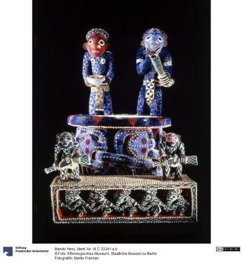 Mandu Yenu Thronsessel mit Stufe (ngwuo) 19. Jahrhundert Datierung engl.: 19th century Kamerun (Land/Region) Bamum Holz, Glas, Textil, Kalk (Kaurischnecke) Höhe x Breite x Tiefe: 174 x 110 x 115 cm (Thron)