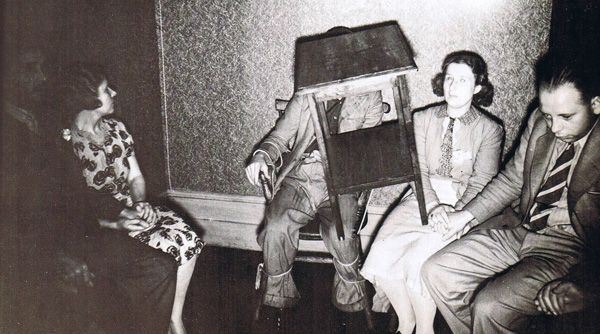 12 Strange Vintage Photos of Séances (ghosts, mediums, seances, Houdini, spiritualism) - ODDEE