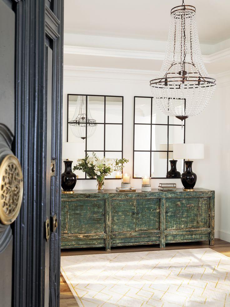 MG 5349. Recibidor con dos espejos sobre un mueble verde de madera envejecida y una lámapara de araña_MG 5349