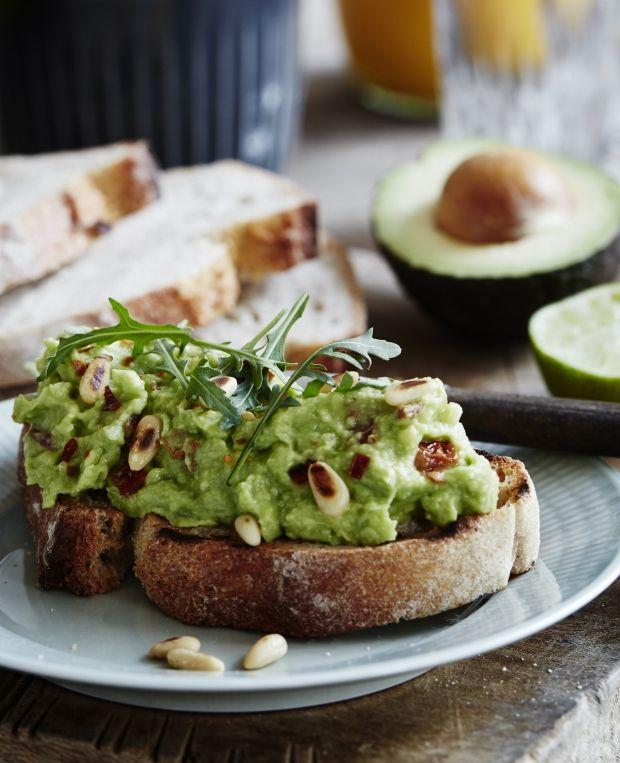 Vi er vilde med denne cremede avocadospread, der er en smagsgod og mættende mos. Perfekt ovenpå ristet brød toppet med pinjekerner!