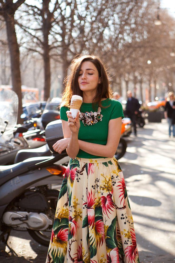 Inspiração street style look colorido com saia mídi floral, t-shirt verde e maxi colar de pedras.