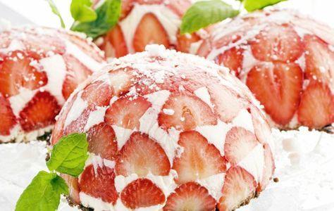 Pienet mansikkacharlottat voi valmistaa jääkaappiin jo edellisenä päivänä. Voit halutessasi myös tehdä yhden ison charlottan. Nappaa tästä Teresa Välimäen herkullinen resepti. 1. Leikkaapuhdistetut mansikat ohuiksi viipaleiksi. Vuoraa pienet jälkiruokakulhot (n. 1,5 dl) ensin tuorekelmulla ja sittenmansikkaviipaleilla niin, että mansikoita tulee vieriviereen. 2. Laitaliivatteet likoamaan runsaaseen kylmään veteen. Vaahdota kerma. Sekoita rahkan joukkoon sokeri ja vaniljasokeri …