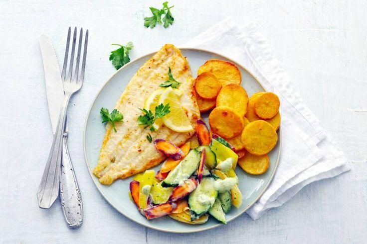Kijk wat een lekker recept ik heb gevonden op Allerhande! Scholfilet met gebakken aardappelen en wortelsalade