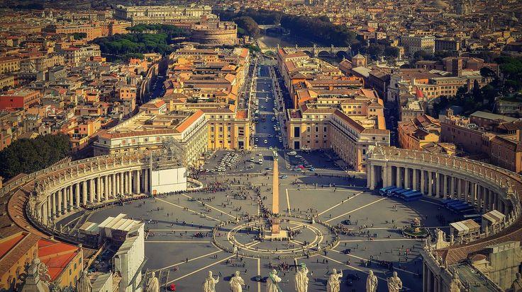A Vatikán városállam, mely a világ legkisebb független állama, melyet Rómán belül alakítottak ki, így a 0,44km² területű állama, egy városba van ágyazva. 1929 február 11-én a Lateráni egyezményben alapították meg a Pápai állam jogutódjaként.   #egyház #Olaszország #pápa #Róma #város #városállam #Vatikán