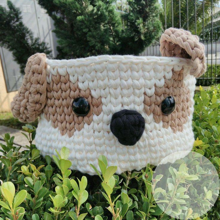 Lindo cesto organizador com carinha de cachorro, feito na técnica de crochê com fio de malha.  Feito sob encomenda, as cores podem ser escolhidas conforme disponibilidade.    Altura: 14 cm  Diâmetro: 20 cm
