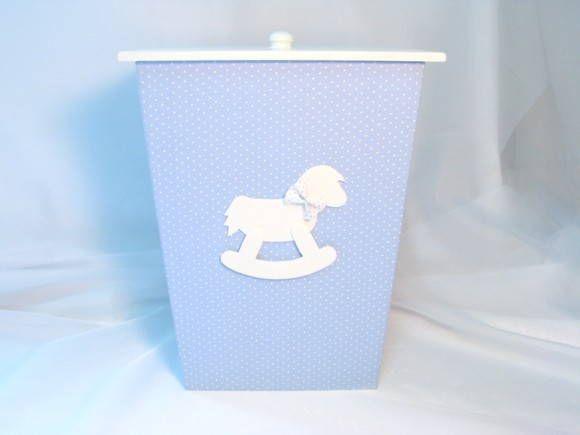 Lixeirinha em mdf revestida em tecido 100% algodão com tampa pintada à mão e decorada por um delicado cavalinho de balanço com gravata borboleta no pescoço. Excelente tamanho. Escolha perfeita para compor o enxoval do bebê com elegancia e bom gosto. Confeccionamos também kit higiene, porta-fralda, além de outros itens como quadros, porta de maternidade, abajour, relógio de parede, lembrancinha de maternidade, etc. no mesmo tema. Pode ser revestido em tecido de outras cores e estampas…