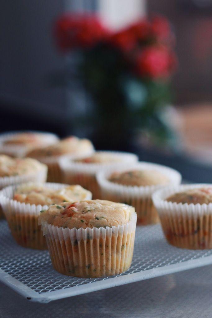 Muffins fofinhos, salgados, saudáveis e veganos. Perfeitos pra um lanchinho da tarde! Esses tem recheio inspirado em pizza. UAU!