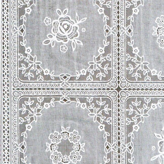 Tafelzeil Kant Wit - Stijlvol kanten tafelzeil met vierkanten en bloemen. De structuur van het kant is duidelijk voelbaar aan de bovenzijde. Het kanten tafelkleed heeft een wachterdichte onderkant, ook kruimels e.d. vallen er dus niet doorheen.  Het tafelzeil is gemaakt van vinyl. Kanten tafelzeilen zijn het mooist op een donker tafelblad of als je er een effen tafelkleed onder legt. Kleur: Wit