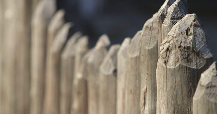 ¿Qué tipo de madera para cercas de postes existen?. Hacer cercas con postes se utiliza para corrales de granja y gallineros, para proteger la privacidad, y para definir los límites de propiedad. Las vallas con postes son el método preferido para cercar al ganado y caballos. Las cercas de madera causan menos lesiones que las cercas de acero o alambre de púas. Ya sea que prefieras las cercas de poste ...