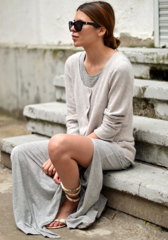Longue robe tee-shirt + cardigan + sandales plates sexy = la parfaite tenue de week-end (robe H&M - blog Maja Wyh)