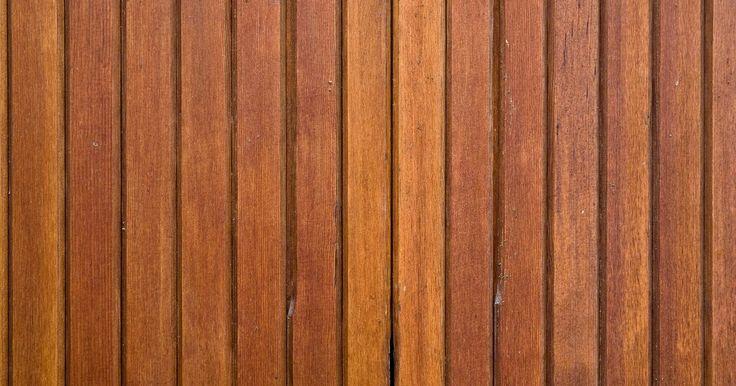 Como aplicar papel de parede sobre painéis de cedro. Aplicar papel de parede sobre painéis de madeira é uma tarefa complicada devido ao revestimento protetor aplicado em compostos de madeira que os deixa muito lisos. Para terminar o trabalho de forma correta, você deve lixar a superfície do painel antes de aplicar o papel de parede.