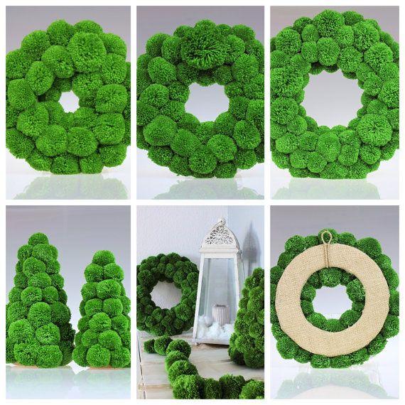 Grüne Weihnachtskränze sind einfach, aber atemberaubende Christbaumkugel. Jeder Kranz besteht aus mehreren Dutzend sorgfältig handgefertigten Acrylgarn Pompons. Die grüne Farbe wurde speziell ausgewählt, natürlichen Schatten der grüne Weihnachtsbäume passen.   Pompons bestehen aus Acryl-Garn. Jeder Pom-Pom wird zu einem Styropor-Kreis geklebt. Die Rückseite des Kranzes ist bedeckt mit Sackleinen - zweite Bild des Angebots.  Aus diesem Angebot können Sie Kränze in Dimensionen erwerben: 8/ 20…