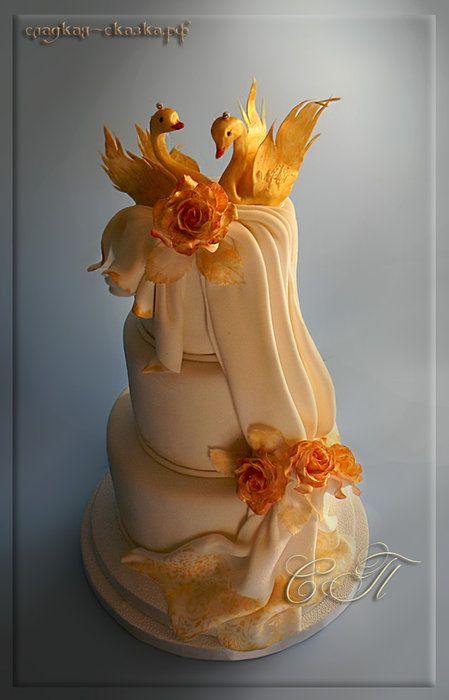 Свадебный торт с лебедями