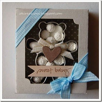 Bomboniera con tagliabiscotti a forma di orsetto, confetti e zuccherini. Può diventare un pensierino per amica cambiando il tagliabiscotti e sostituendo i confetti con carmelle, cioccolatini, bustine di the