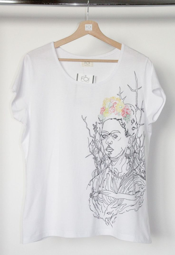 """A hand-painted t-shirt inspired by Frida Kahlo's painting """"Selfportrait"""" - L'art et la mode."""