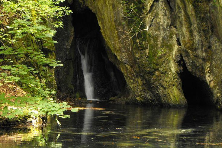 Az ország egyik legszebb kirándulóhelyét, a Szalajka-völgyet a Szikla- és a Szalajka-forrás táplálják. A mészkő sziklából vízesésként előzuhogó forrás egyike a környék legszebb látnivalóinak.
