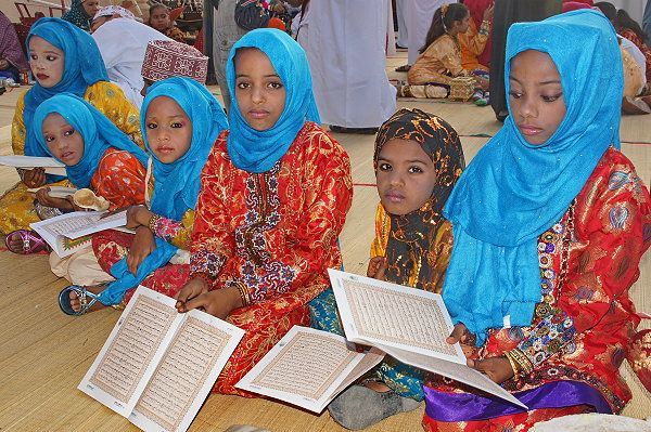 Omanische Mädchen in traditioneller Kleidung.