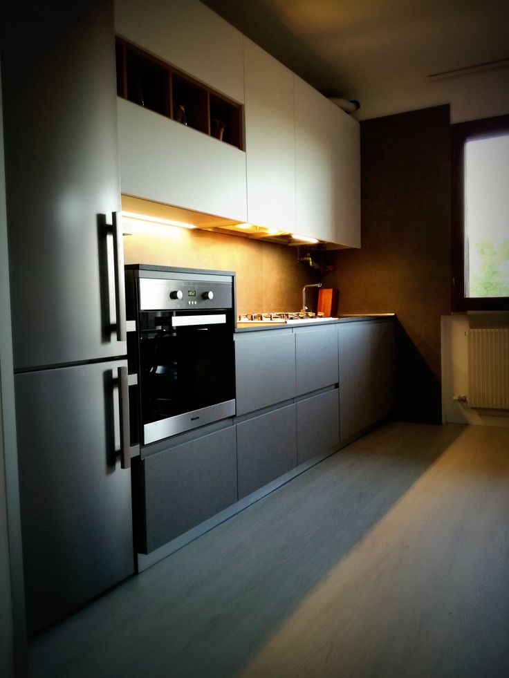 Cucina Amarena Pet Zucchero e Grigio XXL con piano profondità 65 porfido scuro e inserti rovere Carola realizzata a Vittorio Veneto