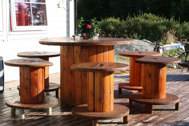 Wooden cable spool table 30 upcycled furniture ideas for Wooden cable reel ideas