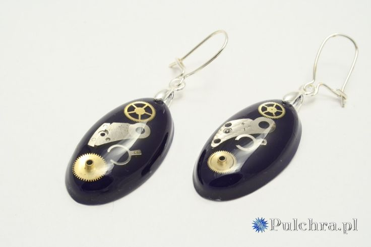 Owalne kolczyki z żywicy z trybikami zegarowymi steampunk na granatowym tle (srebrne bigle) / Oval resin steampunk earrings #earrings #steampunk #cogs #resin #black #jewelry #pulchra #oval