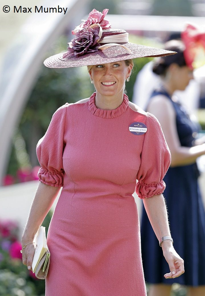 Again, sorry for this late post, crazy days at work. Anyway, let's get back to Royal Ascot. While I was waiting on the news, wheter The Earl...
