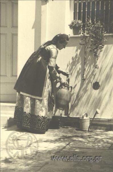 Εορτασμοί της 4ης Αυγούστου: γυναίκα με παραδοσιακή ενδυμασία από το Μέτσοβο, 1937. Nelly's (Σεραϊδάρη Έλλη)