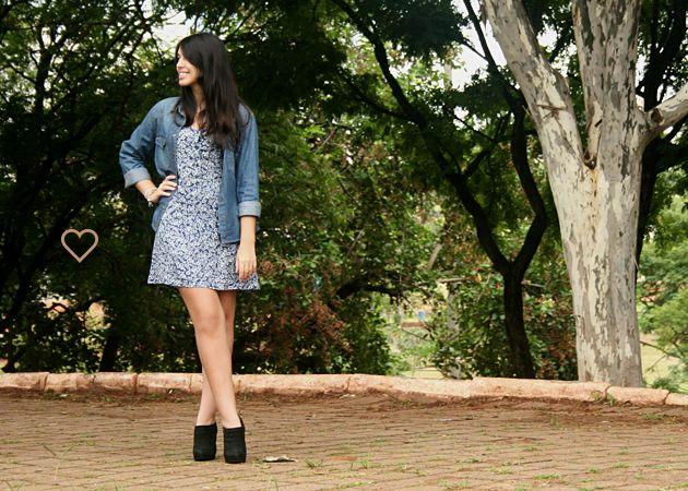 vestido floral, camisa jeans, ankle boot preta. floral dress, jeans shirt, black booties. folk. http://simpleness.com.br/