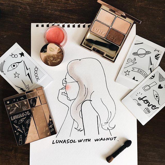 """"""" Do you believe in love at first sight ? """" ルナソルのコスメを使って、一目惚れした女の子を描いてみました。 . blush☺️ / クリーミィチークス&リップス hair 💇🏻 / スキンモデリングアイズ with WALNUT . 今回イラストでチークとして使用した【クリーミィチークス&リップス】は、その名の通りリップにもチークにも使えるアイテムです💄 ポップなアプリコットレッドで、ヘルシーな表情を演出します。  こちらのカラーは、LUNASOL with WALNUT限定カラーとなりますので、この機会にぜひチェックしてみてください! . 【 LUNASOL with WALNUT 】は全国の百貨店、およびルナソル取扱店にて予約受付中です。 #LUNASOLwithWALNUT"""