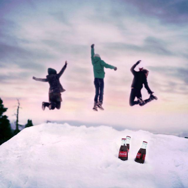 """Samenhorigheidsgevoel gecreëerd door Coca-Cola. """"It's hard not to have fun with friends and a Coke!"""""""