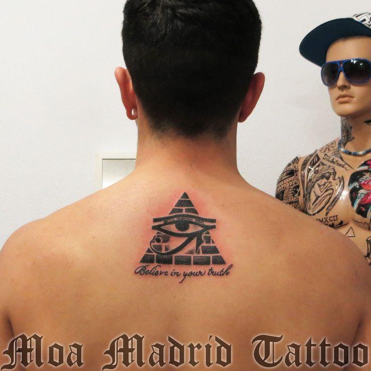 Tatuaje egipcio con piramide y ojo de Horus  Moa Madrid Tattoo, tu elección mejor de tatuador en Madrid.  Tu tattoo profesional, en mi estudio de tatuaje.