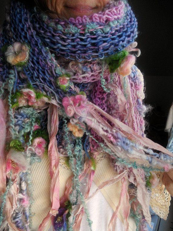 muchos de sus amigos son flores en este hermoso sueño... punto de artyarns de lana hilada a mano suave hermosa... Rosa y rosa y violeta cortinas con rulos aquí y allá... un efecto de acuarela de color rosa pálido de shadings de rosa a violeta hilada a mano, pintado a mano de lana merino. pintado a mano suave luminosa seda tela tiras a lo largo de los bordes, algo manoseados en un tono malva lavanda vintage. bastante ligero verde azulado suave y con textura hilada a mano arte lana a lo…