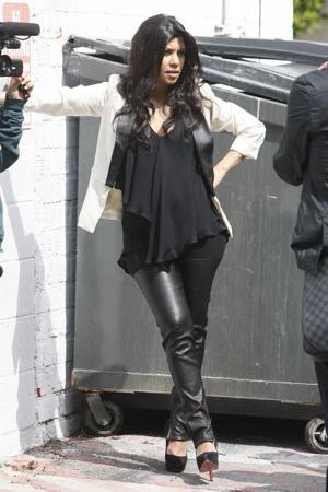 Sie ist auf keinen Fall schwanger. Kardashian Mutterschaftsart – Anziehsachen