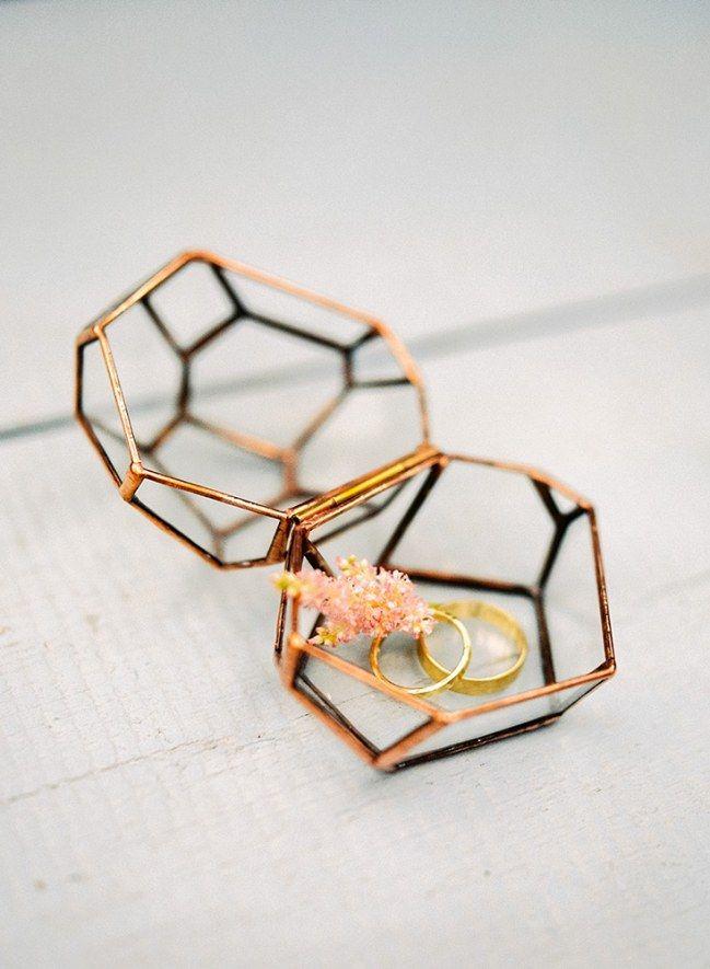 Heiraten kann so schön sein! Zum Beispiel mit diesen Ringen in der wunderschönen Rungschatulle. Mehr dazu auf www.gofeminin.de/hochzeitsplanung/hochzeit-inspiration-s1546649.html